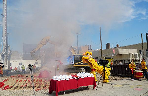 10月6日中午费城中国城东方大厦举办奠基典礼,狮子舞、鞭炮齐鸣。(肖捷/大纪元)