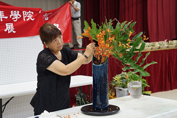 图:陈由美老师正在演示草月流插花。(易永琦/大纪元)