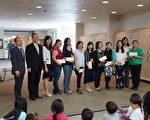 图:9月24日长青中文学校庆祝教师节,校长代表学校向老师们赠送礼物。(易永琦/大纪元)