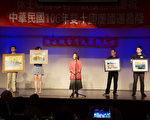 图:台大校友、休斯顿华人业余西画社老师戴梅熹(中)捐出两幅个人的水彩画和油画作品(左边两幅)。(易永琦/大纪元)