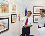 图:陈庆衡先生在画展上向观众们介绍个人的画作。(易永琦/大纪元)