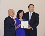 圖:美華協會會長方宏泰(左),州議員吳元之(右)向Anne Sung(中)頒獎。(易永琦/大紀元)