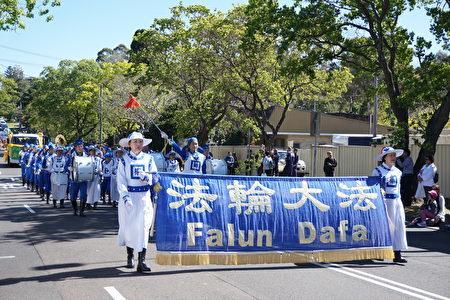 游行队伍由超过2000位来自当地不同团体的成员组成,共同将多元文化的特色在社区呈现。图为受邀参加的法轮大法天国乐团。(燕楠/大纪元)
