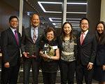 2017芝加哥华人律师协会就职仪式。(从左至右)联邦法官Edmond Chang、全美泛亚律师协会(NAPABA)前主席Michael Chiu 、华咨处退休总裁黄罗瑞雄、华人律师协会外展主任Jean Liu、主席Jeff Koh、内务主任Yankun Guo。(唐明镜/大纪元)