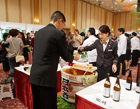 日本酒造組合中央會10月1日舉行日本全國一齊「日本酒乾杯」活動,推廣日本酒。圖為東京主會場的情景。(盧勇/大紀元)