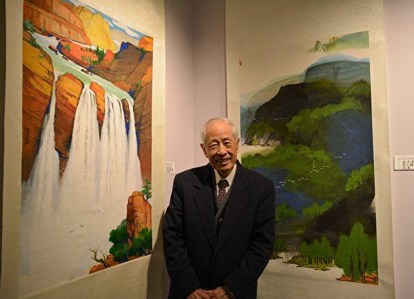 图:加西台湾艺术家协会2017年会员联展,艺术家张俊杰在自己佳作前留影。 (邱晨/大纪元)