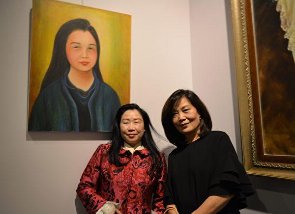 图:加西台湾艺术家协会2017年会员联展,艺术家蔡霞芬(右一)与模特在自己佳作前留影。 (邱晨/大纪元)