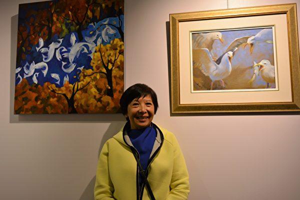 图:加西台湾艺术家协会2017年会员联展,艺术家蔡佳杏在自己佳作前留影。 (邱晨/大纪元)