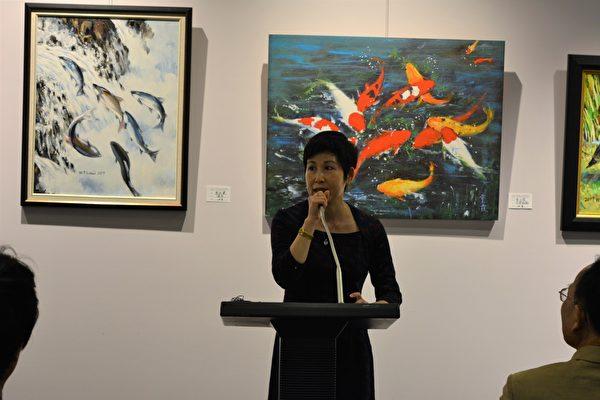 图:加西台湾艺术家协会2017年会员联展,艺术家房世伶在主持开幕式。 (邱晨/大纪元)