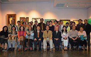 图:加西台湾艺术家协会2017年会员联展开幕式,驻温经文处官员、大温艺术界名流与侨界领袖等合影。  (邱晨/大纪元)