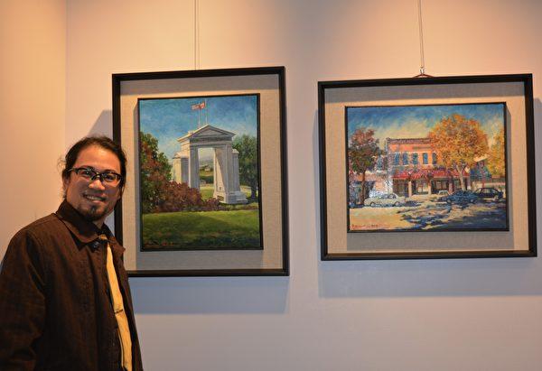图:加西台湾艺术家协会2017年会员联展,艺术家路翊平在自己佳作前留影。 (邱晨/大纪元)