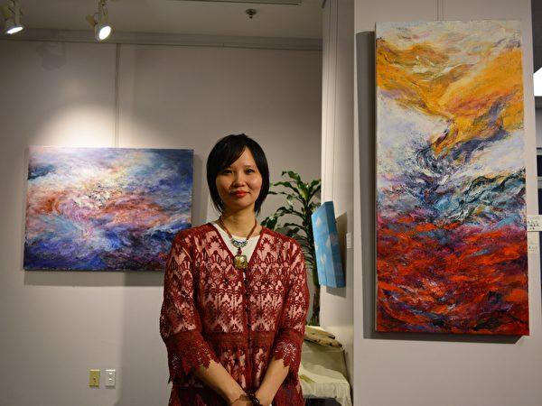 图:加西台湾艺术家协会2017年会员联展,艺术家诸品方在自己佳作前留影。 (邱晨/大纪元)