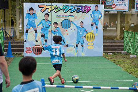 川崎前鋒主場賽前,在球場外,球隊和球迷團體會舉行各種活動,讓大家玩的愉快。(野上浩史/大紀元)