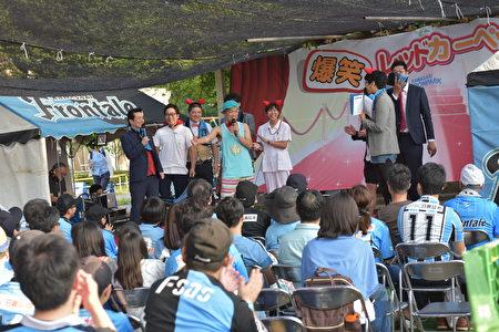 川崎前鋒主場賽前,在球場外,球隊和球迷團體會舉行各種活動,讓大家玩的愉快。圖為搞笑藝人的表演。(野上浩史/大紀元)