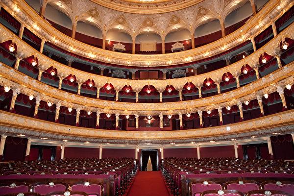 不管妳是長居在英國或是來到英國旅遊的華人,到劇院去聽聽音樂會或看看經典的演出,是體驗英國文化的一個很好的方式。(Depositphotos)