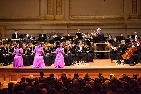 10月15日下午,神韻交響樂團2017巡演來到紐約卡內基大廳(Carnegie Hall)隆重上演。圖為二胡演奏家戚曉春、孫璐與王真的演出。(戴兵/大紀元)