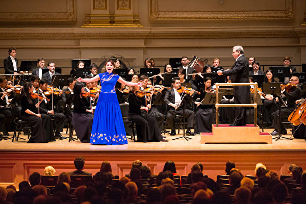 10月15日下午,神韻交響樂團2017巡演來到紐約卡內基大廳(Carnegie Hall)隆重上演。圖為女高音歌唱家耿皓藍的演出。(戴兵/大紀元)