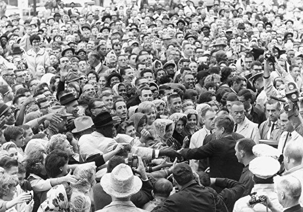1963年11月22日下午12時30分,肯尼迪在得克薩斯州達拉斯遇刺。(維基百科公有領域)