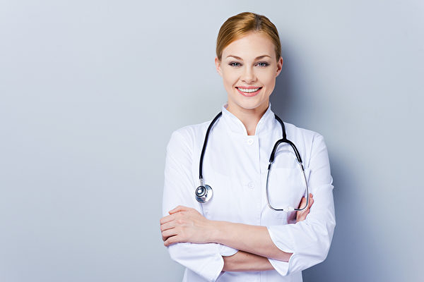 加拿大多伦多大学的研究发现,相较于男性外科医生,女性外科医生开刀的死亡率低了12%。图为一名女性医生。(Fotolia)