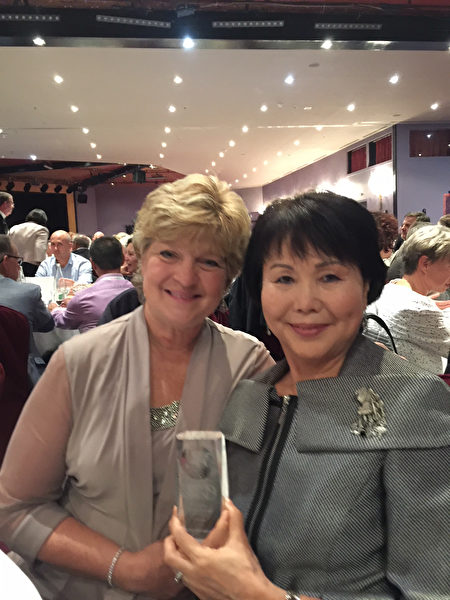 宾州亚裔老人服务中心(PASSi)创办人兼总裁崔英佳女士(Im Ja Choi)(右)在瑞士蒙特勒举办的2017年全球老龄化机构颁奖会上。(PASSi提供)