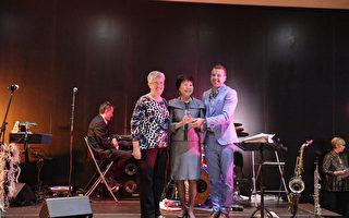 宾州亚裔老人服务中心(PASSi)创办人兼总裁崔英佳女士(Im Ja Choi)(中)在瑞士蒙特勒举办的2017年全球老龄化机构颁奖会上,代表PASSi接受颁奖。(PASSi提供)