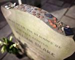在墓碑上放置硬币,是为了对已故军人的尊重,也是鼓励已故军人的亲人。(Matthew Lloyd/Getty Images)