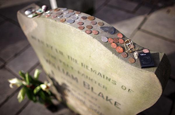 在墓碑上放置硬币,是为了表达对已故军人的尊重,对军人家属也是一种鼓励。(Matthew Lloyd/Getty Images)