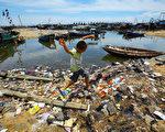 近日,《經濟學人》發表一篇關於中國大陸因外賣引起的環境污染的報道。但是民眾對此問題的解決不抱希望,因為中共只會為其統治著想,不會為老百姓考慮。圖為海南一鄉村的垃圾污染。 (Photo credit should read STR/AFP/Getty Images)