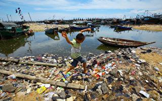 近日,《经济学人》发表一篇关于中国大陆因外卖引起的环境污染的报道。但是民众对此问题的解决不抱希望,因为中共只会为其统治着想,不会为老百姓考虑。图为海南一乡村的垃圾污染。 (Photo credit should read STR/AFP/Getty Images)