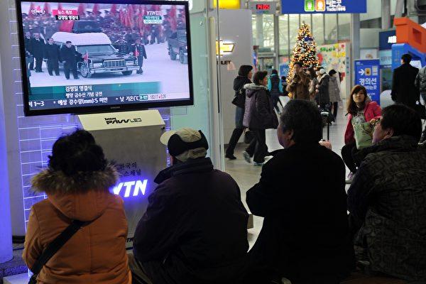2011年12月28日金正日丧礼上,当年陪同金正恩扶灵的7名朝鲜高官或被处决或消声,已经全部离开党政核心位置。 (PRAKASH SINGH/AFP/Getty Images)