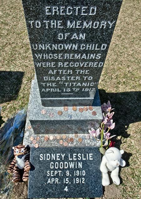 在美国,已故军人的墓碑上,很多被人放置了不少硬币,加以悼念。(ROGERIO BARBOSA/AFP/Getty Images)