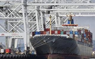 美國商業部最新數據顯示,美國出口增長和進口降低使貿易赤字達到近一年的最低水平。這無疑為川普(特朗普)政府的業績再添新亮點。圖為位於加州長灘港的一艘貨輪。(JOE KLAMAR/AFP/Getty Images)