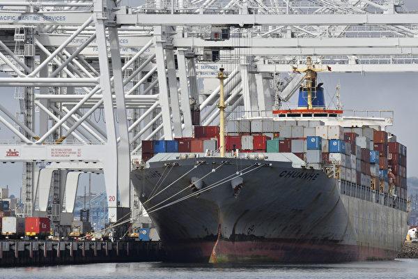 美国商业部最新数据显示,美国出口增长和进口降低使贸易赤字达到近一年的最低水平。这无疑为川普(特朗普)政府的业绩再添新亮点。图为位于加州长滩港的一艘货轮。(JOE KLAMAR/AFP/Getty Images)