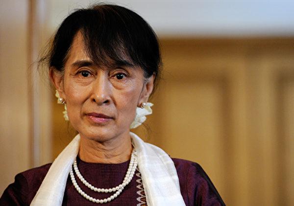 """成也人权,败也人权。 昂山素季因为积极推动缅甸的民主人权而获得诺贝尔奖。但是近日,她因为人权问题而被遭遇挫折。母校牛津大学将她的肖像取下,牛津市取消了她的荣誉市民的称号。 原因在于8月底缅甸若开邦的军事导致超过50万罗兴亚穆斯林人逃往邻国孟加拉。而身为缅甸实际领袖的昂山却保持沉默。 今年4月昂山曾经被记者逼问,她表示用""""种族清洗""""这个词来形容状况""""太过分了""""。这是因为缅甸早在1982年颁布的《缅甸公民法》中就已经规定,罗兴亚人是孟加拉人,在缅甸属于非法移民。 这其实不难理解。罗兴亚人虽然人口超过百万,在若安邦居住了几代,但是他们仍被缅甸人视为来外人,因为他们的语言不同,信仰也不同。缅甸是佛教国家。 而且,今年8月底导致若开邦陷入战乱的也是罗兴亚人,这个族人的武装分子攻击当地政府军的岗亭,导致政府安全人员死亡,政府随后进行了反击,引发了大规模暴力冲突。 (Facundo Arrizabalaga - Pool/Getty Images)"""
