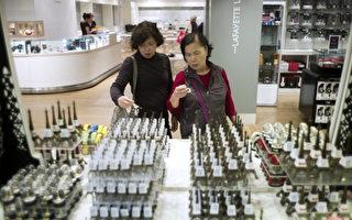 中國遊客在巴黎商場裡購物。(FRED DUFOUR/AFP/Getty Images)