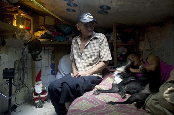 米格爾和瑪麗亞的枯井蝸居生活。(RAUL ARBOLEDA/AFP/Getty Images)