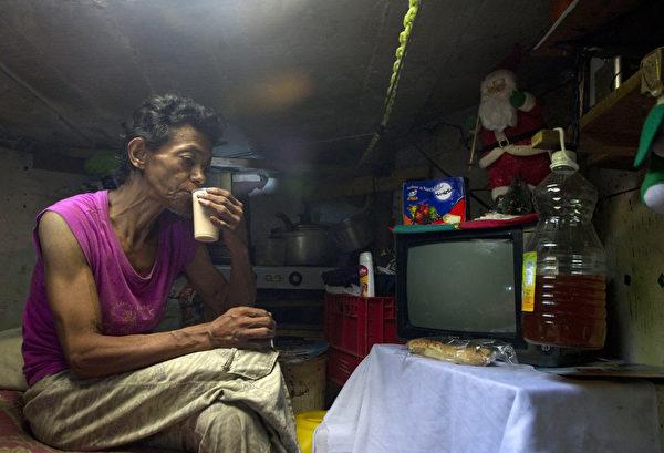 枯井儘管潮濕悶熱,但兩位老人住得很開心。(RAUL ARBOLEDA/AFP/Getty Images)