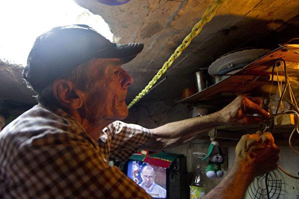米格爾和瑪麗亞安於住在枯井之中。(RAUL ARBOLEDA/AFP/Getty Images)