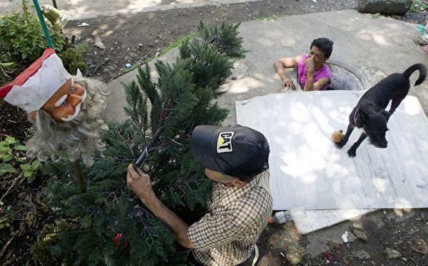 節日來臨之前,兩位老人會裝飾枯井口的小花園,迎接節日。(RAUL ARBOLEDA/AFP/Getty Images)