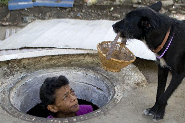 哥倫比亞一對老人蝸居枯井22年,日子過得有滋有味。(RAUL ARBOLEDA/AFP/Getty Images)