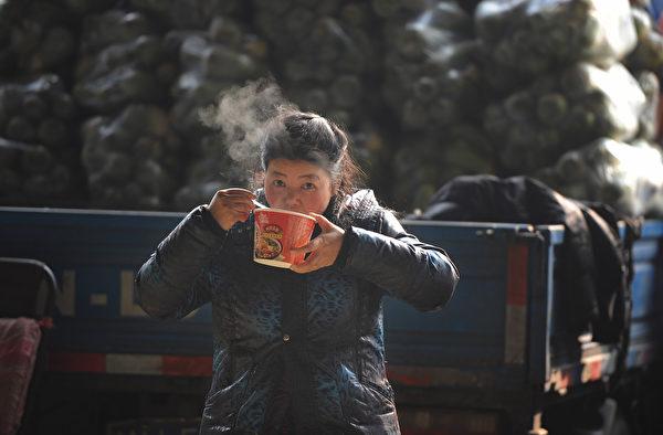 泡面在人体内的消化历程远远长于手工面条。(STR/AFP/Getty Images)
