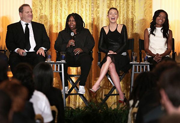 2013年,好莱坞金牌制片人哈维·韦恩斯坦(Harvey Weinstein,左一)与女星们在白宫为高中生介绍电影制作。( Alex Wong/Getty Images)