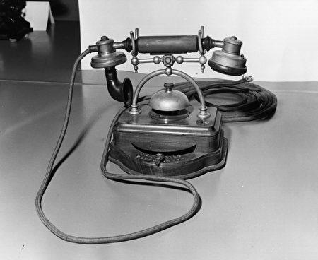 这是最早普及于1905年的办公室电话机,人类发明电话时应该没想到过,它竟然可以连接天堂与人间吧。(Fox Photos/Getty Images)