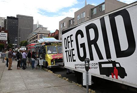 美国很多城市都有这种在路边经营餐点的拖车,贩售简单的热食。(Justin Sullivan/Getty Images)