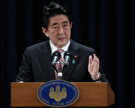 周日(10月22日)的出口民调显示,在全国大选中,日本选民将首相安倍晋三的执政联盟推回权力宝座。  (Lintao Zhang/Getty Images)