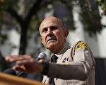 10月18日,第9巡回上诉庭裁定前洛县警署警长李贝卡(Lee Baca)在上诉期间可暂缓入狱服刑。图为2014年1月7日,在虐囚丑闻的笼罩下,洛县警长李贝卡突然宣布退休。(David McNew/Getty Images)
