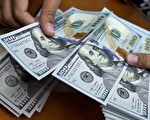 总统川普(特朗普)星期一上午发推向美国纳税人保证,税改不会影响他们的退休储蓄。(BAY ISMOYO/AFP/Getty Images)