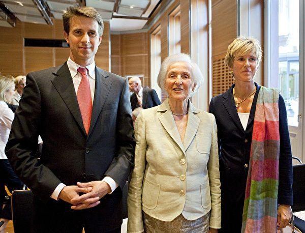 图片从左至右依次为:德国宝马汽车制造商大股史蒂凡 ⋅ 科万特、他的母亲乔安娜 ⋅ 科万特(已故)、苏珊娜 ⋅ 克拉藤。此图摄于2009年。(FRANK RUMPENHORST/AFP/Getty Images)
