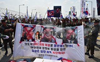 朝鮮獨裁者金正恩今年2月疑下令殺害從未謀面的同父異母哥哥金正男,令外界震驚,也讓人不免好奇,在其專制統治下,隱藏在他背後的兄弟姐妹,過著什麼樣的生活。圖為韓國人2015年8月在街上焚燒朝鮮金氏政權三代領導人的肖像。(JUNG YEON-JE/AFP/Getty Images)