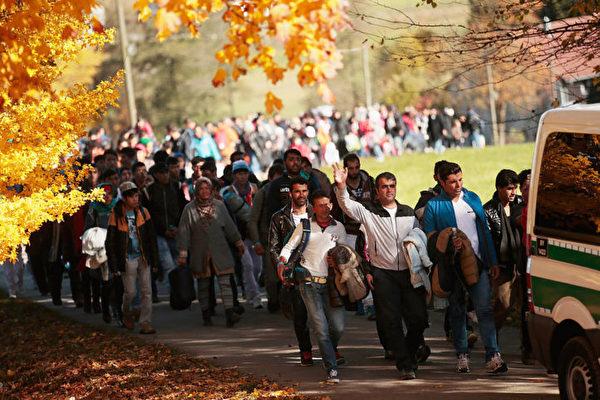 由于非法移民和恐怖袭击,德国决定再延长边境控制6个月。(Johannes Simon/Getty Images)